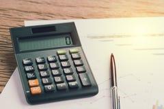 Ручка и калькулятор на диаграмме и ежеквартальная бумага диаграммы с artif Стоковые Фотографии RF