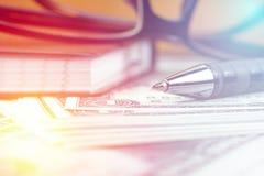 Ручка и малая тетрадь на банкноте доллара США с винтажным стилем Стоковая Фотография RF