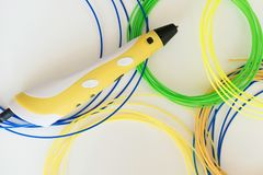 ручка и нить печатания 3D на белой предпосылке стоковое изображение rf