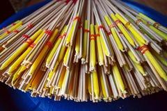 Ручка и свеча ладана макроса для буддийской церемонии в Таиланде Стоковое фото RF