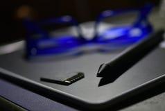 Ручка и таблетки, стекла голубого глаза и нерезкость карты памяти стоковые фотографии rf