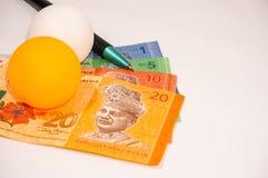 Ручка и теннисный мяч на примечаниях Малайзии Стоковая Фотография
