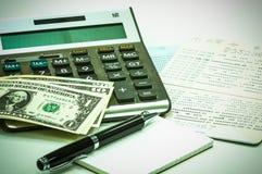 Ручка и тетрадь, тайская банкнота, банковская книжка на предъявителя сберегательного счета Стоковое Изображение