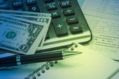 Ручка и тетрадь, тайская банкнота, банковская книжка на предъявителя сберегательного счета Стоковые Изображения