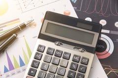 Ручка, калькулятор, деньги, концепция диаграммы для дела Стоковые Фото