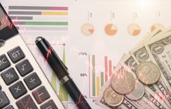 Ручка, калькулятор, деньги, концепция запаса диаграммы для финансов Стоковое Изображение RF