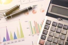 Ручка, калькулятор, запас диаграммы для финансов дела Стоковая Фотография RF