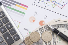 Ручка, калькулятор, деньги, финансы дела концепции диаграммы Стоковое фото RF