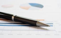 Ручка конца-вверх на финансовом отчете Концепция анализа данных информации, аналитика капиталовложений предприятий и планирования стоковые фотографии rf