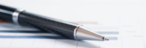 Ручка конца-вверх на финансовом отчете Концепция анализа данных информации, аналитика капиталовложений предприятий и планирования стоковая фотография