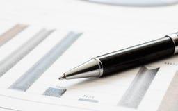 Ручка конца-вверх на финансовом отчете Концепция анализа данных информации, аналитика капиталовложений предприятий и планирования стоковые изображения