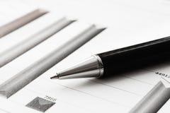 Ручка конца-вверх на финансовом отчете Концепция анализа данных информации, аналитика капиталовложений предприятий и планирования стоковое изображение