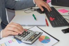 Ручка крупного плана на учете обработки документов с компьютером пользы человека для того чтобы сохранить данные в предпосылке ру Стоковая Фотография RF
