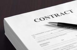 Ручка на бумагах контракта Стоковое фото RF