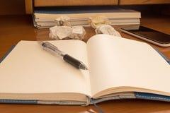 Ручка на бумаге тетради скомканной чернью Стоковое Изображение