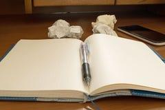 Ручка на бумаге тетради скомканной чернью Стоковые Фото