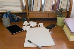 Ручка на бумаге тетради скомканной чернью Стоковые Изображения RF