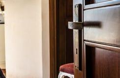 ручка на деревянной двери стоковые изображения rf