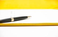Ручка на контракте Стоковые Фотографии RF