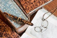 Ручка на старой книге Стоковые Фотографии RF