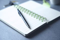 Ручка на тетради стоковая фотография
