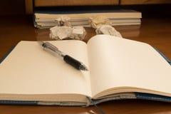 Ручка на тетради, скомканной бумаге Стоковая Фотография RF