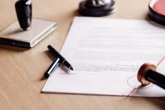 Ручка нотариуса лежа на завете Стоковое Фото