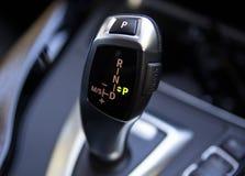 Ручка переключения механизма автомобиля Bmw автоматическая стоковое фото rf