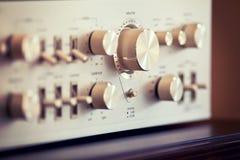 Ручка регулятора звука металла винтажного стерео усилителя сияющая Стоковые Изображения RF