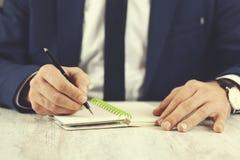 Ручка руки человека с блокнотом стоковые изображения