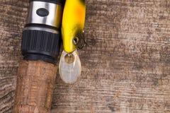 Ручка рыболовной удочки с прикормом на деревянном Стоковые Фото