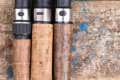 Ручка рыболовной удочки с прикормом на деревянном Стоковые Изображения