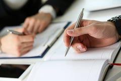 Ручка серебра владением группы людей готовая для того чтобы сделать примечание Стоковое Изображение RF