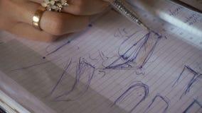 Ручка состава рисует на бумажных бровях формы видеоматериал