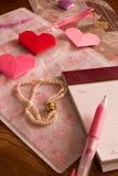 Ручка сочинительства письма на дне валентинки, origami сердец и brac Стоковое Фото