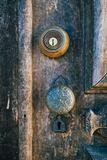 Ручка старой деревянной двери винтажная деревенская Стоковые Изображения RF