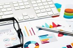 Ручка, стекла и клавиатура, предпосылка отчете о диаграммы Стоковое Фото