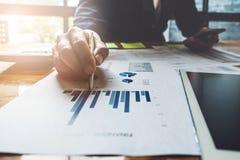 Ручка удерживания руки бизнесмена указывая на документ диаграмм для Стоковое Фото