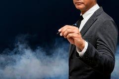 Ручка удерживания бизнесмена с дымом стоковые фотографии rf