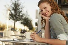 Ручка удерживания коммерсантки на внешнем кафе Стоковая Фотография RF