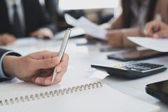 Ручка удерживания руки бизнесмена на таблице в встрече, отборной Стоковое Изображение RF