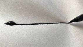 Ручка художника с чернилами, пишет линию на бумаге Звук сорванной бумаги акции видеоматериалы