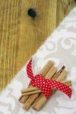 Ручка циннамона и красное riboon Стоковое Изображение RF
