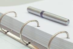 Ручка шариковой авторучки на тетради деталь настольного компьютера офиса Стоковое Изображение