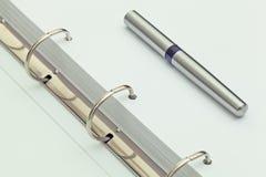 Ручка шариковой авторучки на тетради деталь настольного компьютера офиса Стоковые Фотографии RF