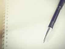 Ручка шариковой авторучки на тетради чистого листа (винтажный тон) Стоковые Изображения