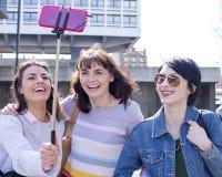 Ручка Selfie в городе Стоковые Фото