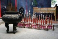 Ручки ладана горя в буддийском виске стоковое изображение