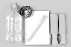 Ручки веревочки скачки и лента измерения для потери веса Концепция тренировки и освежения Аппаратуры спорта в cyan сини стоковое изображение