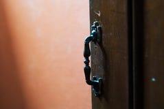 Ручки двери в старых деревянных дверях Стоковое Фото